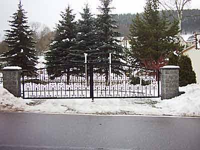 Zweiflügliges Tor einer Hofeinfahrt