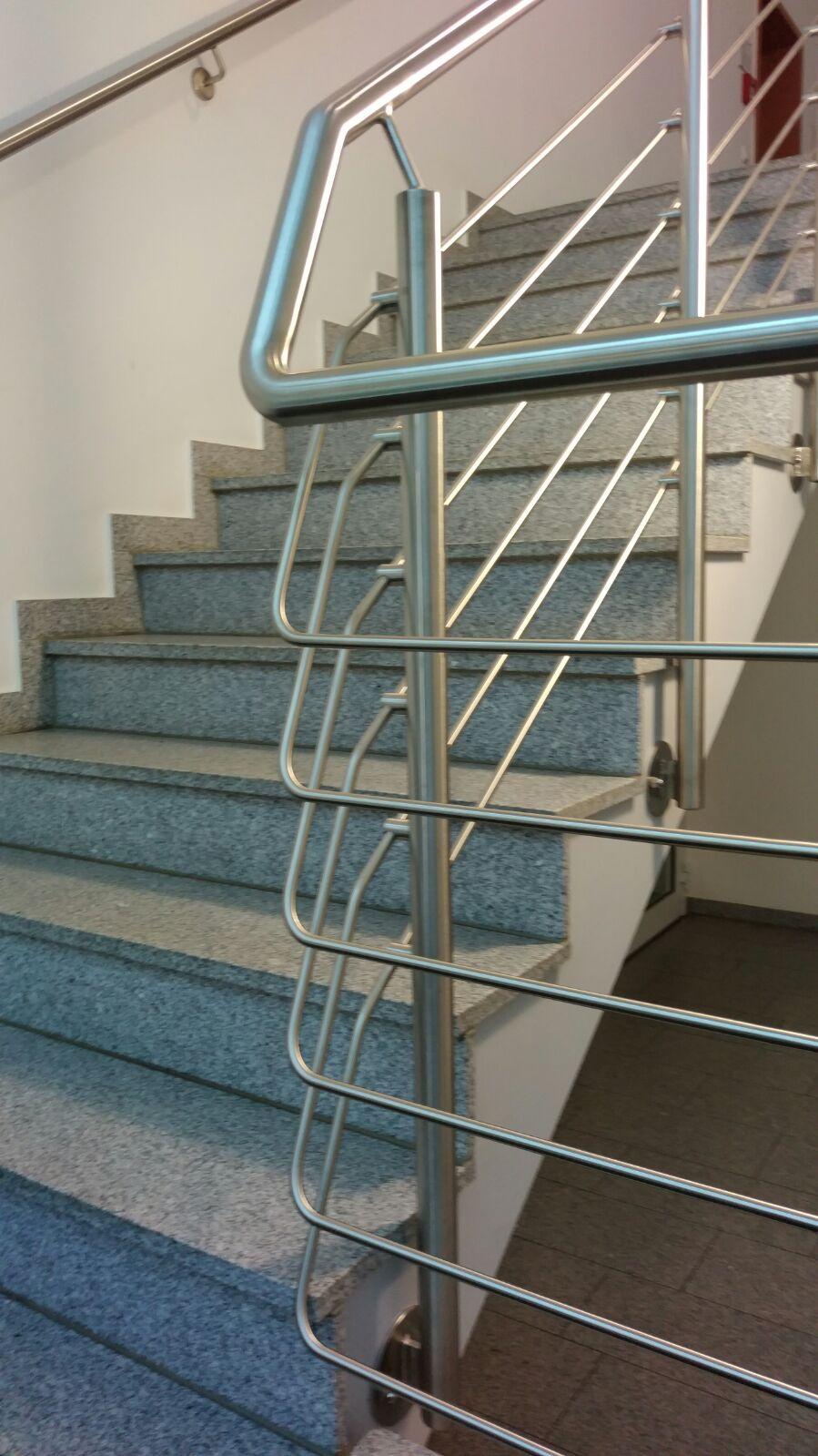 Durchgehender Edelstahlhandlauf eines Treppenhauses
